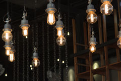 Iluminando-se no candelabro na luz de lâmpada, suspensão das ampolas foto de stock royalty free