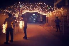 Iluminando trabalhadores fotografia de stock