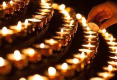 Iluminando uma vela Fotos de Stock