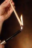 Iluminando uma vela da orelha Imagem de Stock