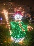 Iluminaning雪人在公园 库存图片