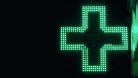 Iluminated Groen Farmaceutisch Kruis Het Teken van de apotheekstraat stock videobeelden