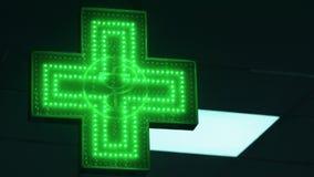 Iluminated Groen Farmaceutisch Kruis Het Teken van de apotheekstraat stock footage