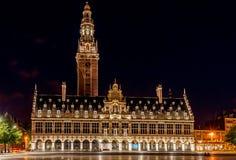 Iluminated Universitaire Bibliotheek bij nacht in Leuven, België royalty-vrije stock afbeeldingen