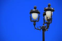 Iluminazione pubblica classica contro cielo blu Immagine Stock