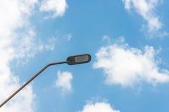 Iluminazione pubblica con la lampada dell'alogeno contro cielo blu Fotografia Stock Libera da Diritti