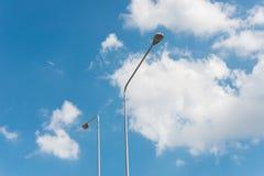 Iluminazione pubblica con la lampada dell'alogeno contro cielo blu immagine stock