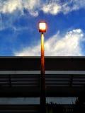 Iluminazione pubblica contro il fondo blu-chiaro del cielo della natura fotografia stock