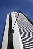 Iluminazione pubblica e videocamera di sicurezza di Buidling dell'ufficio Fotografie Stock
