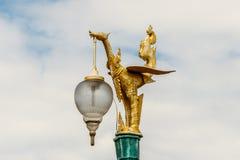 Iluminazione pubblica ornamentale dorata del drago in Tailandia Immagine Stock Libera da Diritti