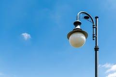 Iluminazione pubblica palo d'annata su cielo blu Fotografie Stock Libere da Diritti