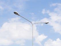 Iluminazione pubblica sopra cielo blu Immagine Stock Libera da Diritti