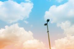 Iluminazione pubblica su cielo blu e sulle nuvole bianche Fotografia Stock