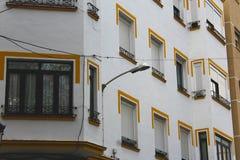 Iluminazione pubblica su una costruzione a Ronda fotografie stock