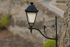 Iluminazione pubblica vicino alla parete di pietra Fotografia Stock