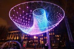 Iluminazioni pubbliche astratte luminose alla notte fotografia stock libera da diritti