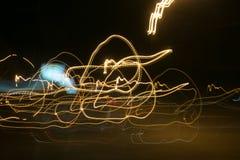Iluminazioni pubbliche in automobile di accelerazione nella notte, moto leggero con l'otturatore a bassa velocità Fotografie Stock Libere da Diritti