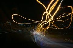 Iluminazioni pubbliche in automobile di accelerazione nella notte, moto leggero con la vista a bassa velocità dell'otturatore dal Immagini Stock