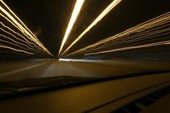 Iluminazioni pubbliche in automobile di accelerazione nella notte, moto leggero con la vista a bassa velocità dell'otturatore dal Fotografia Stock Libera da Diritti