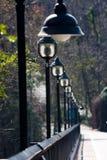 Iluminazioni pubbliche che allineano ponte Fotografia Stock Libera da Diritti