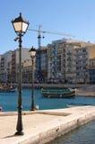 Iluminazioni pubbliche e luzzu maltese delle barche in StJulians fotografia stock libera da diritti