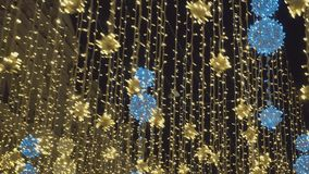 Iluminazioni pubbliche festive di illuminazioni Notte, nessuna gente, belle vecchie case video d archivio