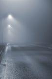 Iluminazioni pubbliche, notte nebbiosa nebbiosa, lanterne della posta della lampada, abbandonate Fotografia Stock