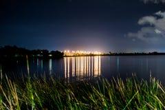 Iluminazioni pubbliche sopra acqua Immagine Stock Libera da Diritti