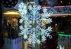 Ilumine acima o ornamento do floco da neve para a celebração Fotografia de Stock Royalty Free