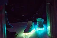 Ilumine acima sapatas imagem de stock