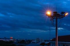Ilumine de un poco de lámpara en torre del proyector imagen de archivo libre de regalías