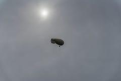 Ilumine o dirigível colorido, dirigível do ar quente no céu cinzento Dia chuvoso, paisagem fantástica, mas real impossível infláv imagem de stock