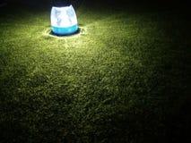 Ilumine uma lanterna elétrica em uma escuridão imagens de stock