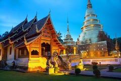 Iluminować świątynie Wat Phra Singh w Chiang Mai, Tajlandia przy zmierzchem zdjęcia stock