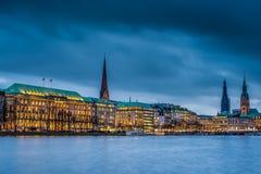Iluminująca Ballindamm ulica w Hamburg przy półmrokiem podczas Christma fotografia royalty free