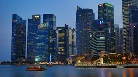 Iluminująca nowożytna Singapur architektura i turystyczna łódź w Singapur zbiory wideo