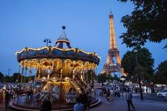 Iluminująca rocznik wieża eifla i Carousel obraz royalty free
