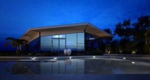 Iluminujący basen przed drogą willą Zdjęcie Royalty Free