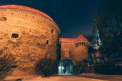 Iluminujący basztowy Gruby Margaretaby zimy noc, Tallinn zdjęcie stock