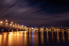 Iluminujący Chernavsky most przy nocą, widokiem prawy bank lub śródmieściem Voronezh miasto, dramatyczny pejzaż miejski z odbicie obrazy stock