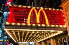 Iluminujący Mc Donalds neonowy znak obrazy stock