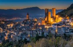 Iluminujący Pacentro w wieczór, średniowieczna wioska w l'Aquila prowincji, Abruzzo, środkowy Włochy zdjęcia royalty free