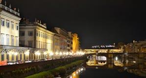 Iluminujący Ponte Vecchio most przy nocą w Florencja Obraz Stock