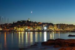 Iluminujący Primosten miasteczko nocą, Chorwacja, na Adriatyckim morzu Fotografia Stock
