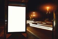 Iluminujący pusty billboard z kopii przestrzenią dla twój wiadomości tekstowej zawartości lub, informaci publicznej deska outdoor obrazy stock