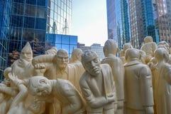 Iluminujący tłum jest jawnym rzeźbą Fotografia Stock