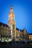 Iluminujący urząd miasta Monachium Zdjęcia Royalty Free