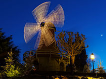 Iluminujący wiatraczek nocą przy boże narodzenie sezonem Fotografia Stock