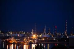 Iluminujący zakład petrochemiczny Portowy De Bouc zdjęcia stock