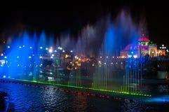 Iluminuję barwił nocy fontannę w mieście Zdjęcie Royalty Free